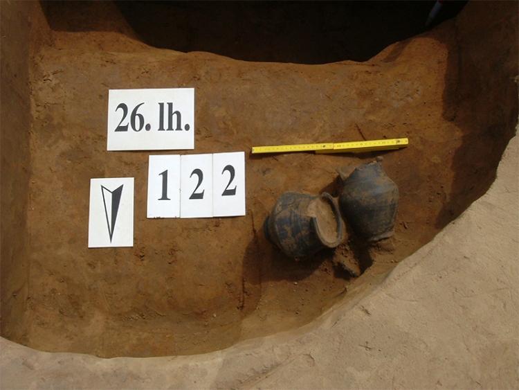 122. objektum: ház, benne két edénnyel