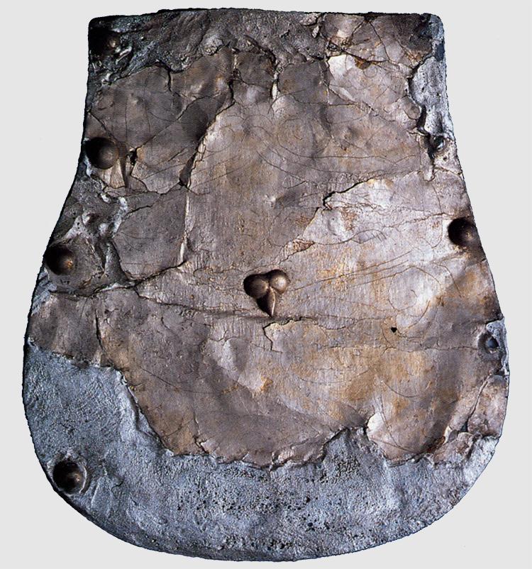 A 3. sírból feltárt tarsolylemez és nagyításai (Fotó: Hapák József, A honfoglaló magyarság, 1996 Magyar Nemzeti Múzeum)