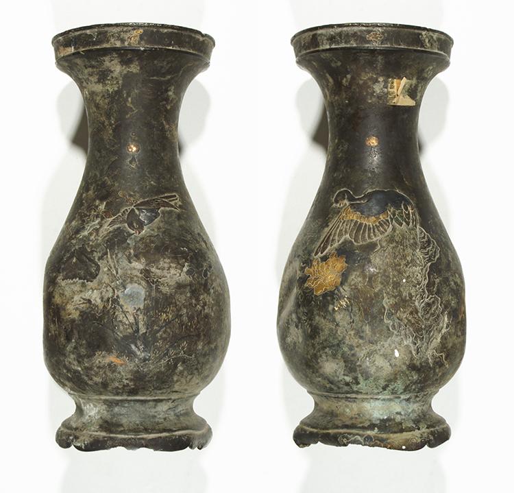 A váza két oldala restaurálás előtt.